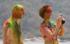 Įspūdžiai iš indų spalvų festivalio: sintetiniai dažai ir miškų deginimas