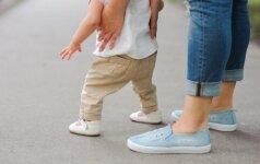 Renkamės pirmuosius batukus: kelios klaidos gali pakenkti vaiko pėdutėms