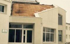 Neregėtas įžūlumas: pavogė seniūnijos administracinio pastato stogą
