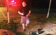 Šviesoforą nuvertęs girtas taksistas nuvažiavo, bet paskui pats iškvietė policiją, nes prabilo sąžinė