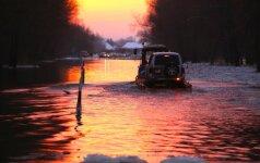 Kelyje Šilutė-Rusnė vanduo toliau kyla