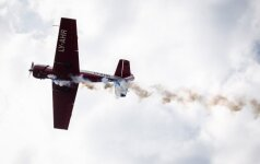 Didžiausio šalies sporto festivalio dalyvius džiugino kvapą gniaužiantas akrobatinių skrydžių pasirodymas