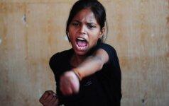 Indijos moterys ginasi nuo prievartautojų – steigia kovotojų būrius