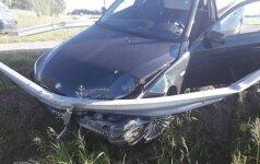 BMW gaudynės: po smūgio į atitvarą vairuotojas šoko iš automobilio ir spruko bėgte