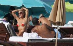 """Savaitės diva: karščiausia """"Bundesliga"""" moteris paparacius pradžiugino apnuogindama krūtinę"""