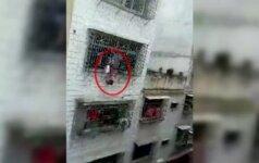 Darbininkai išgelbėjo ketvirtame aukšte pakibusią mergaitę