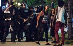 Šarlotės policija išplatino vaizdo medžiagą, kaip nušaunamas juodaodis