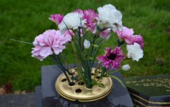 Prie kiekvieno kapo įrengta speciali vaza gėlėms pamerkti.
