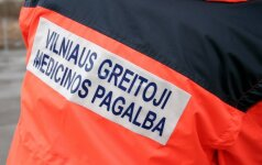 Vilniuje iš 6 aukšto iškrito paauglė, medikai ją išsivežė be sąmonės