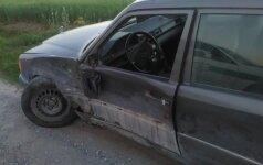 """Neblaivų """"Mercedes"""" automobiliu į medį įsirėžusį vairuotoją pričiupo žmonės"""