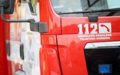 Vilniaus centre ugniagesiams teko gelbėti moteris: nukelinėjo jas nuo stogo, pjaustė grotas