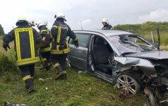 Girta kompanija automobiliu pakilo į orą ir tėškėsi į žemę – penki sužaloti