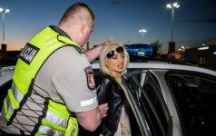 Girta vairuotoja, sulaikymo vietoje surengusi šlykštų šou, atsipirko bauda