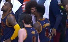 Tarp juokingiausių NBA epizodų – komandos draugų bučinys