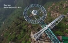 Kinija pastatė didžiausią pasaulyje apžvalgos aikštelę stiklinėmis grindimis
