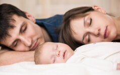 Patarimai, kaip įveikti tėvų problemą Nr.1 gimus vaikui