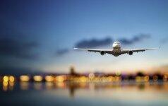 Per plauką išvengta tragedijos – lėktuvo įgula užgesino rūkstantį telefoną