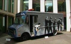 Banksy grafičiais papuoštas policijos furgonas parduodamas aukcione