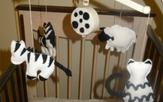 Kaip nesunkiai namuose pagaminti naujagimių regą lavinančią karuselę