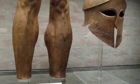 Senovės graikų kario šalmas, blauzdenos ir ietigalis, pagaminti iš bronzos apie 500─490 m. pr. mūsų erą. Nuotrauka Vikitekoje iš Antikos valstybinių rinkinių (Staatliche Antikensammlungen) ekspozicijos Miunchene (Vokietija)