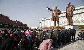 Šiaurės Korėjoje iškilmingai minimas šalies įkūrėjo Kimo Il Sungo gimtadienis