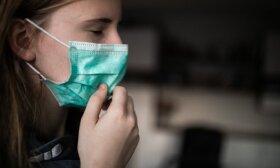 COVID-19: mokslininkai aiškina, kodėl reikia dėvėti kaukes