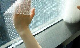 Kodėl patyrę šeimininkai per karščius langus apklijuoja burbuline plėvele
