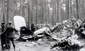 """""""Lituanicos"""" katastrofos vieta Dėlcigo miško pakraštyje vokiečių oro policijos pirminio tyrimo metu, 1933-07-17. / Lietuvos centrinis valstybės archyvas"""