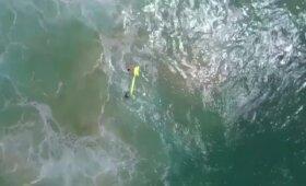 Skęstantiems paaugliams gelbėtojai su dronu nuskraidino pripučiamą valtį