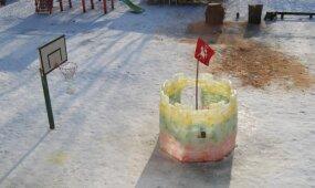Vilnietis įgyvendino originalią idėją – vaikams pastatė ledinį Gedimino bokštą