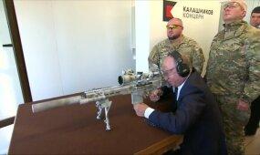 Putinas išbandė naują snaiperinį šautuvą: iš penkių taikinių kliudė tris