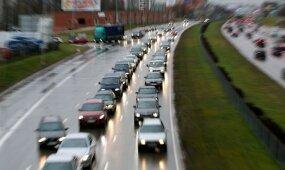 Tylomis rezgami siurprizai dėl automobilių apmokestinimo