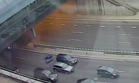 Nufilmuota: Vilniuje, prie Geležinio Vilko tunelio, motociklininkas atsitrenkė į automobilį
