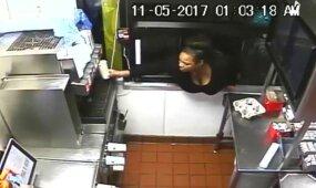 """Moteris įsiropštė į """"McDonald"""" pro automobilių aptarnavimo langelį"""