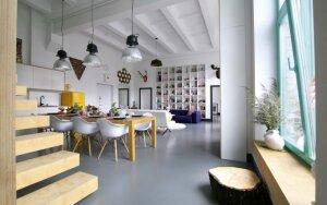 Lofte puikiai dera minimalistiniai skandinaviški stiliaus elementai ir ryškios spalvos