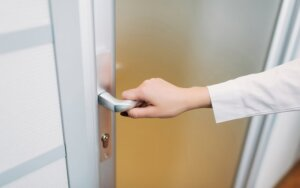 Kodėl pagrindinės namų durys negali būti stiklinės? Kur jos turi atsiverti - išorėn ar vidun?