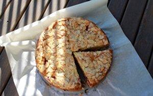 Burnoje tirpstantis pyragas su avietėmis