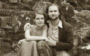 Škotijoje lininius drabužius kuriantys lietuviai pirkėjams juos pristato senoviniu būdu