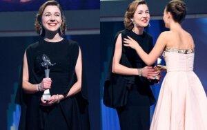 A. Diržiūtės triumfas Berlyne: J. Statkevičiaus suknelė ir apdovanojimas iš N. Portman rankų