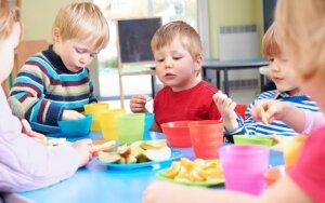 Darželiuose vaikai valgo saldainius ir sausainius