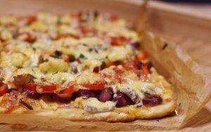 Naminė pica su dešrelėmis ir daržovėmis