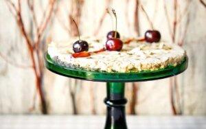 """Chalvos tortas su persikais, I. Jonelytės Arlauskienės nuotr., P. Strasevičiaus knyga """"Tortai"""""""