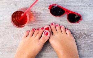 Kuo lakuoti kojų nagus: tinkamiausios spalvos ir tendencijos