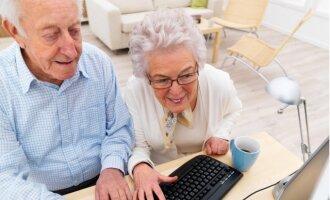Senoliai prie kompiuterio