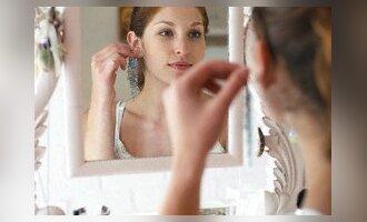MMergina žvelgia į veidrodį