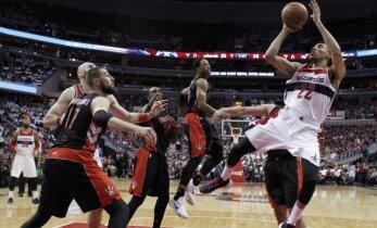 """""""Raptors"""" su J. Valančiūnu trečią kartą nusileido """"Wizards"""" ir atsidūrė ant bedugnės krašto"""