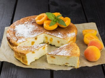 Varškės pyragas su persikais