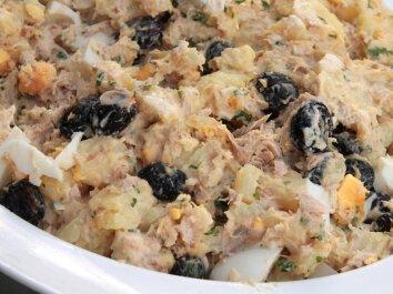 Tuno ir kiaušinių salotos su alyvuogėmis