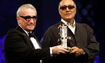 A. Kiarostami atsiima apdovanojimą iš M. Scorsese rankų