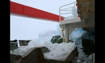 Kinijos mokslinių tyrimų ledlaužis Antarktidoje susidūrė su ledkalniu